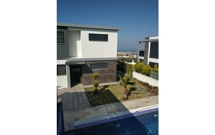 Luxe vrijstaande villa met privé zwembad met zeezicht.